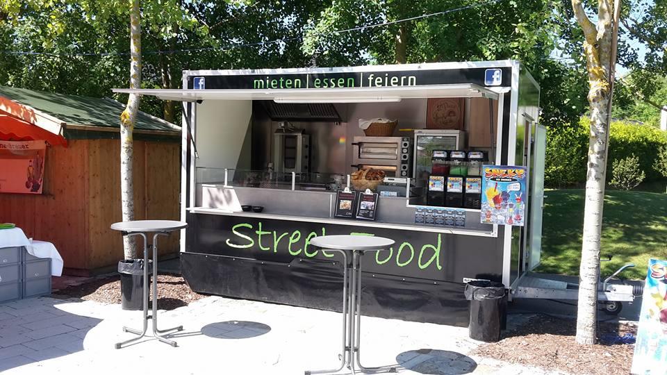 Marco Streetfood - Streetfood Truck mit zwei Stehtischen