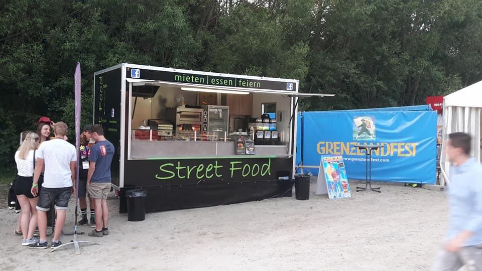 Streetfood Truck auf Sand Boden