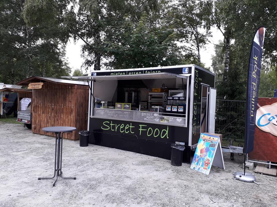 Marcos Streetfood Truck vor Bäumen