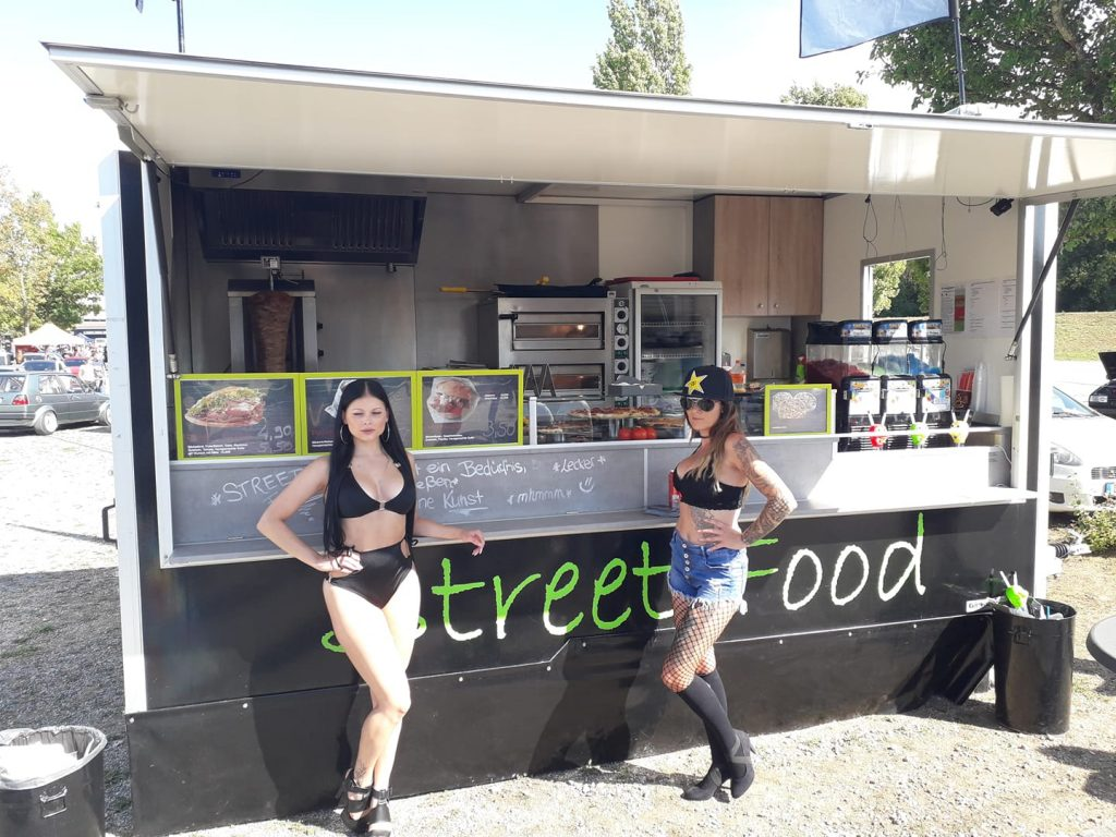 Marcos Streetfood Truck mit zwei jungen Damen