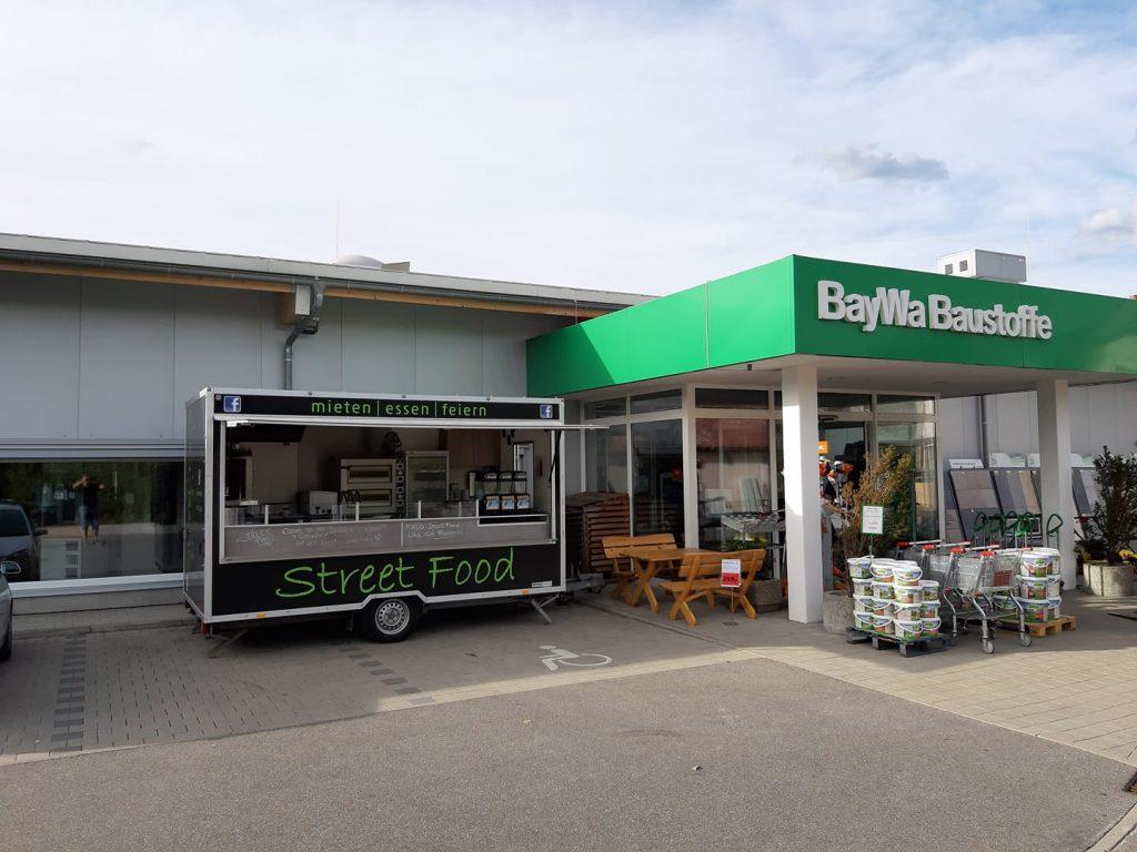 Marcos Streetfood Truck vor einem Baumarkt (BayWa Baustoffe)