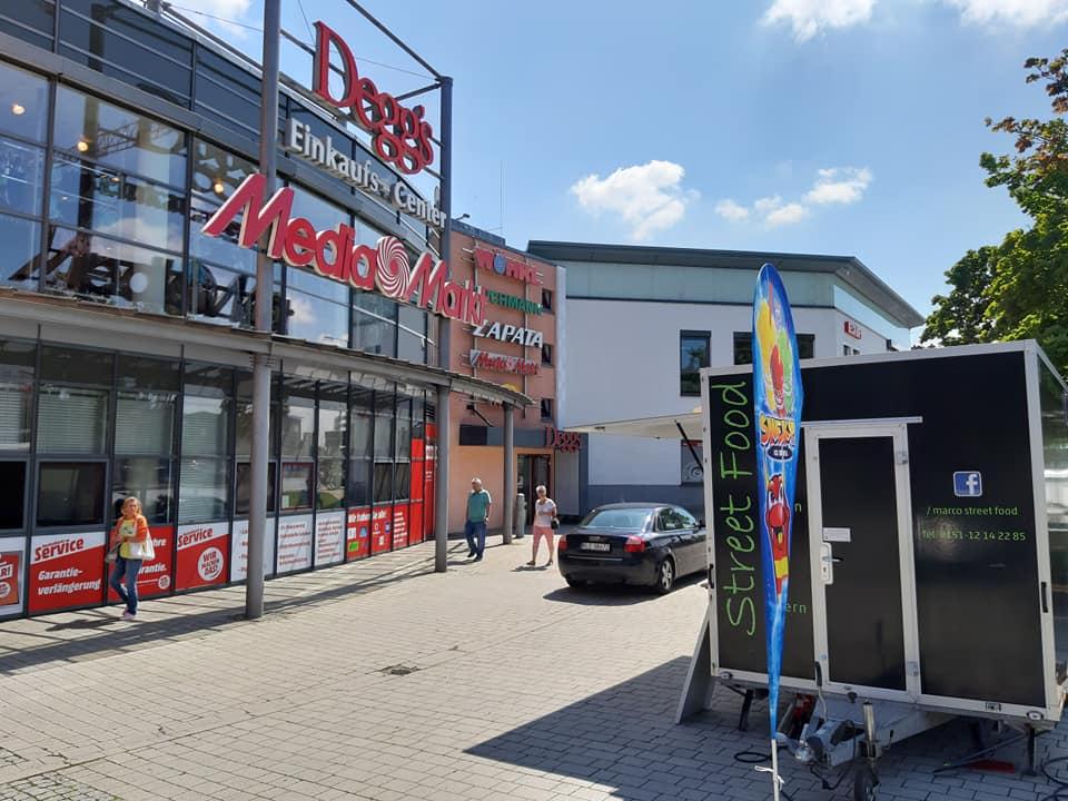 Marcos Streetfood Truck vor dem Einkaufs-Center Deggs