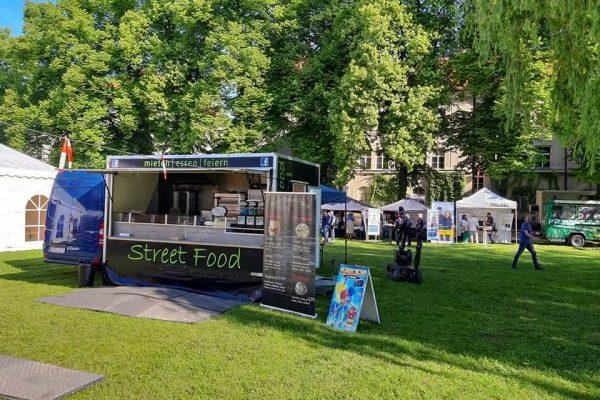 Marco Streetfood Imbisswagen auf einer Wiese im Park